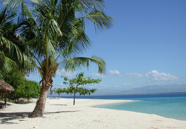 Ilha paradisíaca descoberta em 1980 tem apenas 16 bungalôs e você pode ficar em um deles por menos de R$ 150