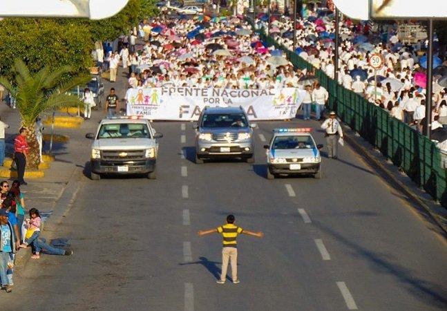 Garoto de 12 anos vira símbolo de igualdade ao se colocar na frente de uma manifestação anti-gay