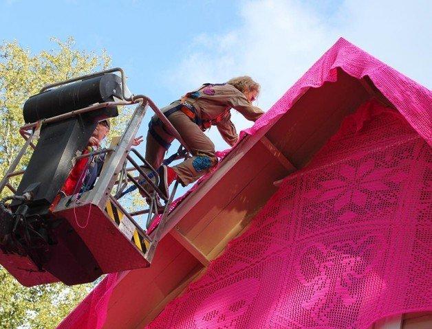 olek-pink-house-crochet-designboom-06