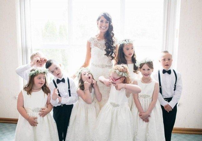 Professora de crianças com necessidades especiais convida a turma inteira pro seu casamento; e o resultado é lindo