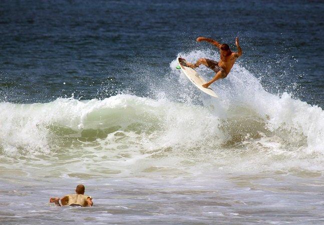 Médicos de cidade costeira trocam remédios por aulas de surf para combater doenças crônicas