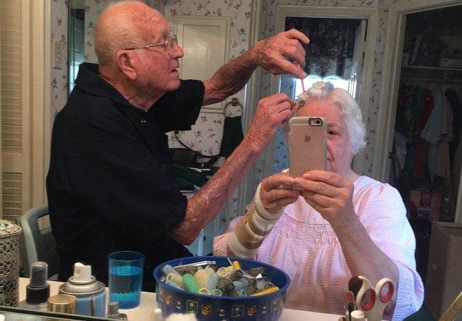 Este vovô arranja o cabelo de sua mulher que foi operada a um braço e é absolutamente adorável