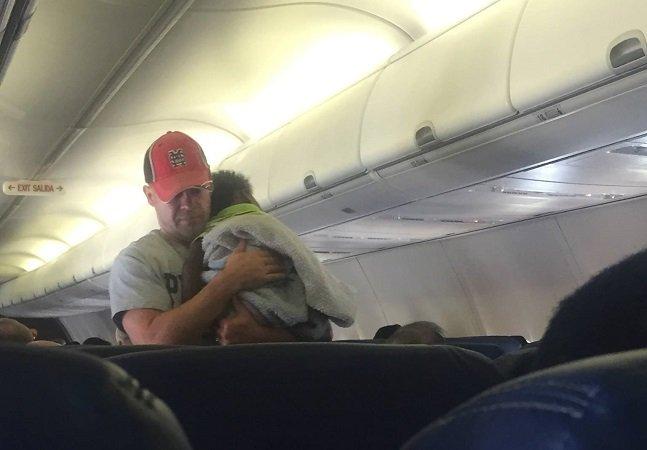 Quando um bebê começou a chorar em pleno vôo, ao invés de se irritar, ele tomou uma atitude positiva