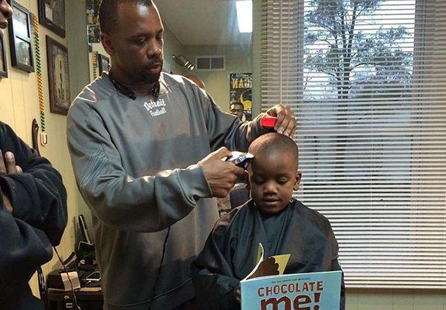 Este cabeleireiro dá descontos para crianças que leiam um livro em voz alta durante o corte