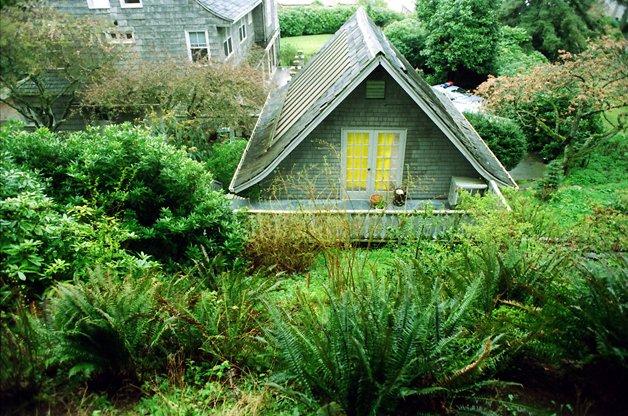 Imagens tiradas no dia 8 de abril de 1994, quando o corpo de Kurt foi encontrado, da estufa onde ele se suicidou. O local foi demolido em seguida por Courtney Love.