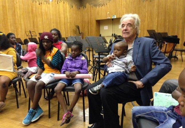 Maestro João Carlos Martins prepara coral de crianças refugiadas