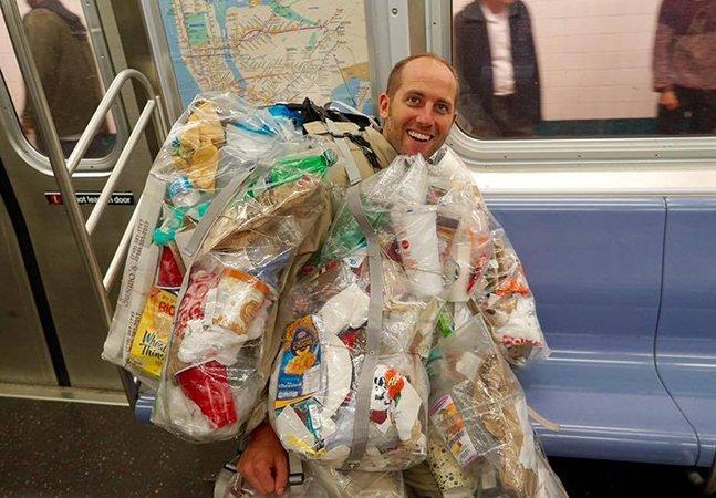 Por que este homem anda por aí carregando dois quilos de lixo pendurados no corpo