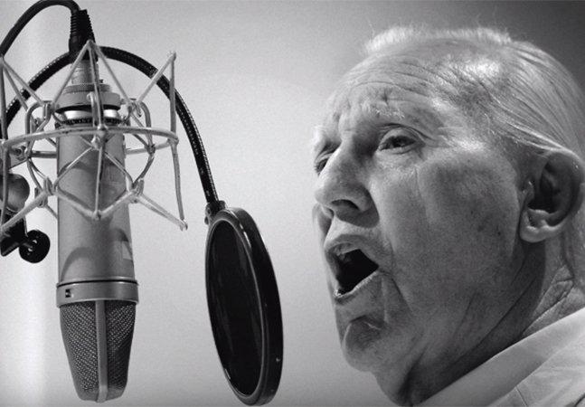 Depois de seu karaokê viral, homem de 80 anos com demência assina contrato com gravadora