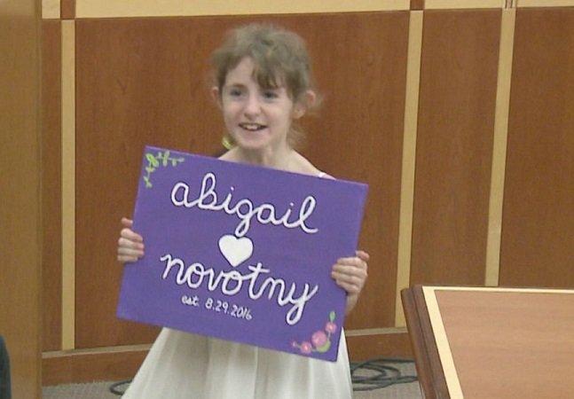 Menina de 10 anos é surpreendida no dia de sua adoção com todos os colegas da escola assistindo no tribunal
