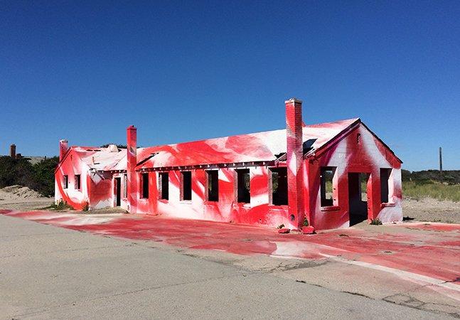 Casa de praia atingida por furacão em Nova York vira incrível instalação artística