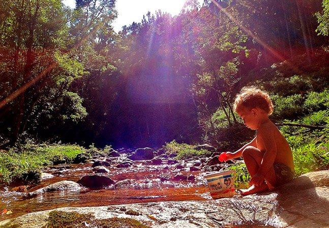 Creche pública em Rio Grande do Norte inclui banho de cachoeira nas atividades diárias das crianças