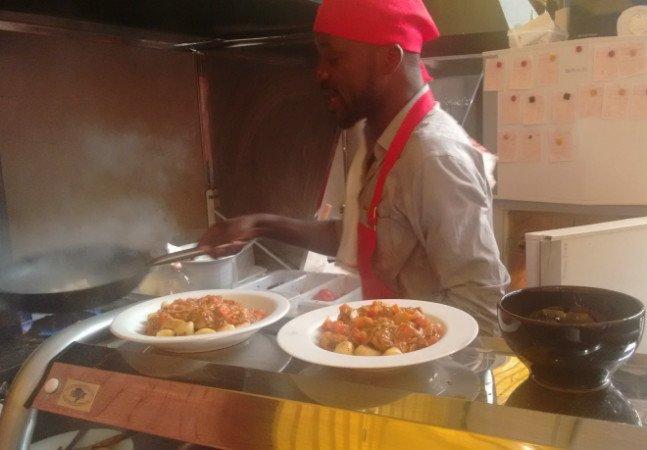 Refugiado apresenta os sabores veganos típicos do Congo em São Paulo
