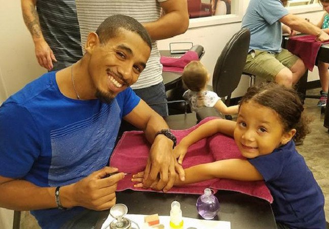 Pai solo cria curso com aulas grátis pra homens aprenderem a pintar as unhas de seus filhos