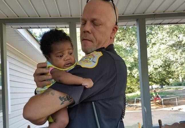 Policial recebeu a melhor recompensa depois de salvar bebezinha de engasgo fatal