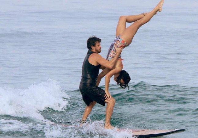 Casal de surfistas brasileiros faz sucesso com suas incríveis poses e acrobacias em cima de um prancha
