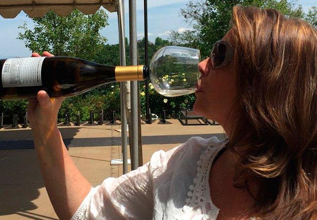 Finalmente inventaram uma taça de vinho que te permite beber diretamente da garrafa sem vergonha
