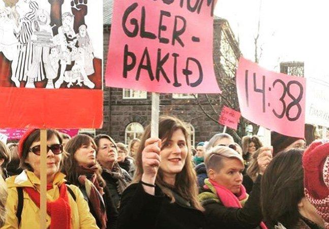 Para protestar contra desigualdade salarial, islandesas saem do trabalho às 14h38