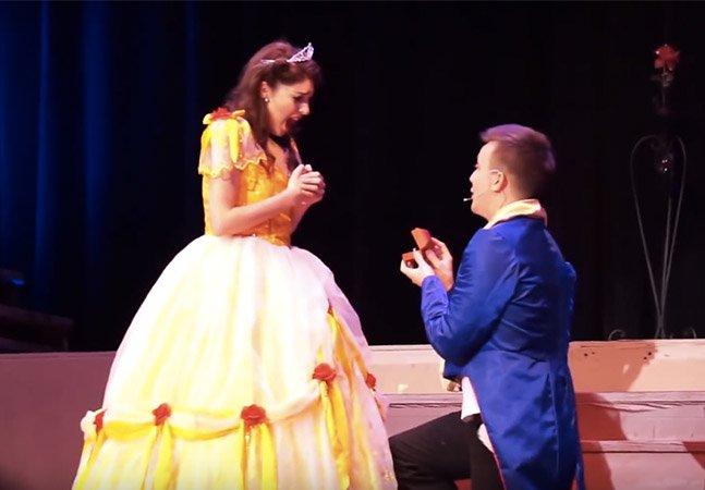 Este pedido de casamento surpresa na peça da Bela e a Fera foi uma fofura