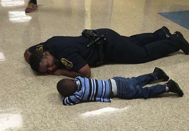 Policial se deita no chão para confortar garoto que estava triste e a imagem (e explicação!) viraliza