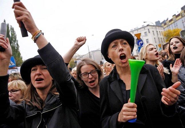 Mulheres se recusam a trabalhar na Polônia em greve contra a proibição do aborto mesmo em caso de estupro