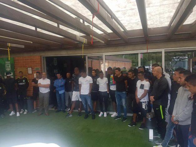 Jogadores do Atlético Nacional em silêncio, homenageando a Chape. (Foto: Reprodução/Atlético Nacional)