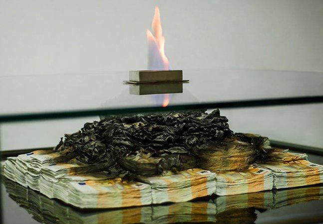 Designer cria mesa que queima notas para fazer você repensar sua relação que tem com o dinheiro