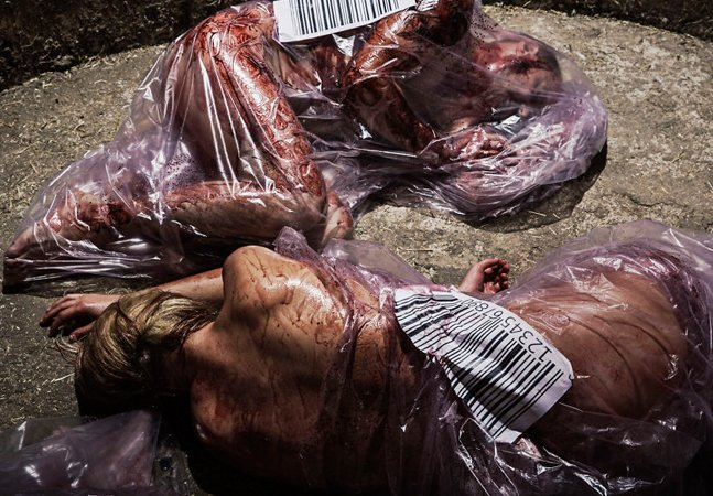 Fotógrafa troca animais por pessoas em fotos chocantes que alertam para o consumo de carne