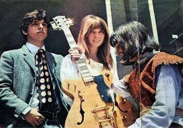 A banda com a primeira Régulus, a guitarra de ouro; anos depois, Cláudio faria outra, que Sérgio usa até hoje