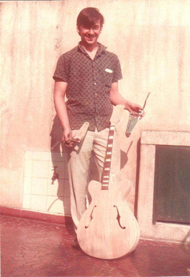 """Cláudio César com o protótipo da """"melhor guitarra do mundo"""", feita por ele"""