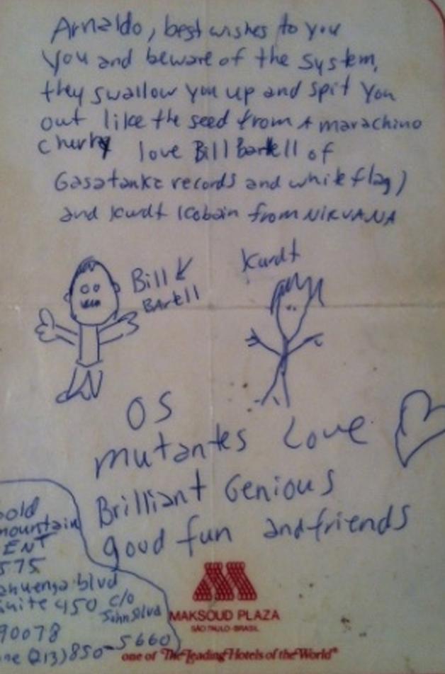 Acima: bilhete de Kurt Cobain para Arnaldo, e o músico no Brasil, com os discos dos Mutantes
