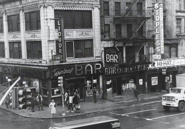 Criminosos, cafetões e prostitutas: ele registrou o bar mais perigoso de NY nos anos 1970