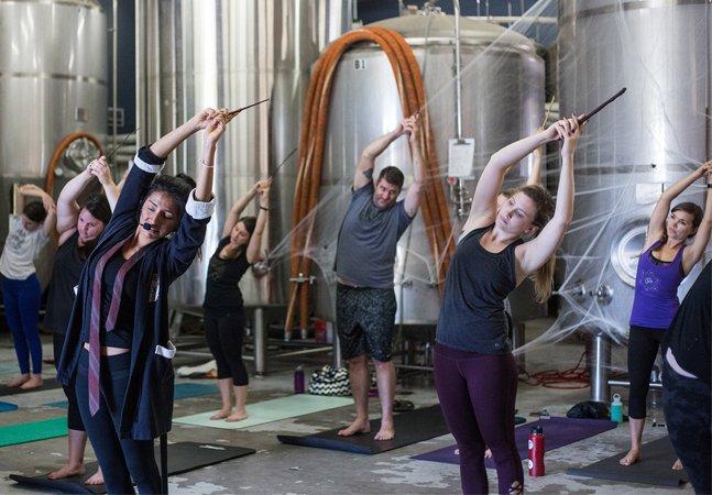 Yoga com temática Harry Potter atrai pessoas em busca de paz e bruxaria