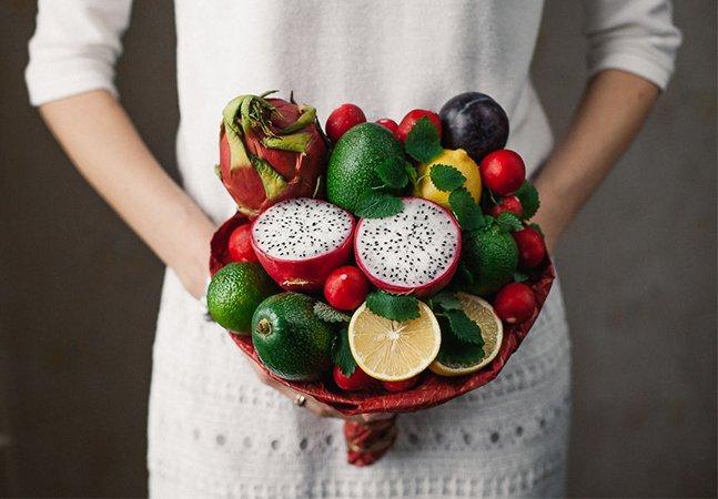 Artista cria maravilhosos buquês comestíveis feitos de fruta e vegetais frescos