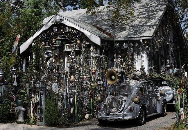 Usando antigos objetos de metal ele transformou sua casa e carro em verdadeiras obras de arte