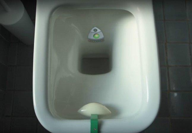 Dispositivo promete acabar com respingos no vaso indicando o lugar certo para urinar
