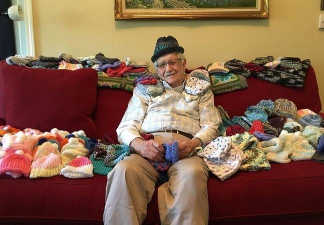 Senhor de 86 anos decide aprender a tricotar para fazer toucaspara bebês prematuros