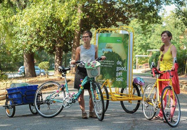 Eles usam suas bikes para coletar resíduos alimentares das casas das pessoas e convertê-los em adubo