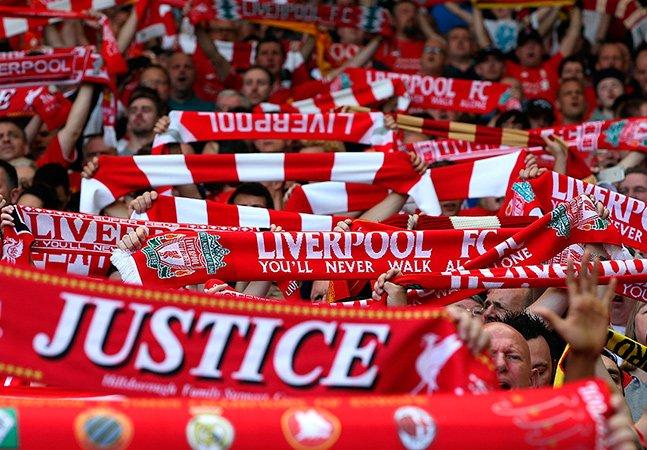[Vídeo] Torcida do Liverpool emociona o mundo cantando You'll Never Walk Alone para apoiar Chape