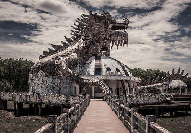 Ele captou da melhor forma o misterioso parque aquático abandonado numa floresta do Vietnã
