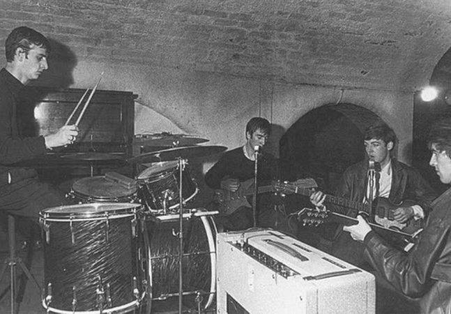A história da primeira e última fotos dos Beatles juntos, tiradas no mesmo dia e no mesmo mês com 7 anos de diferença