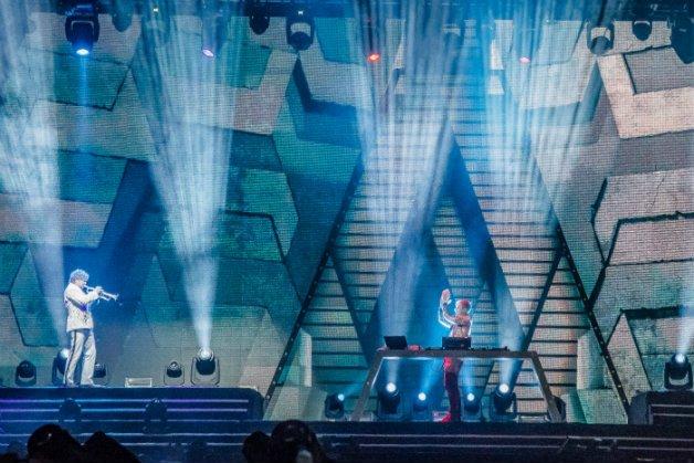 Trompetista holandês Eric Vloeimans se apresentando junto com Armin Van Bureen