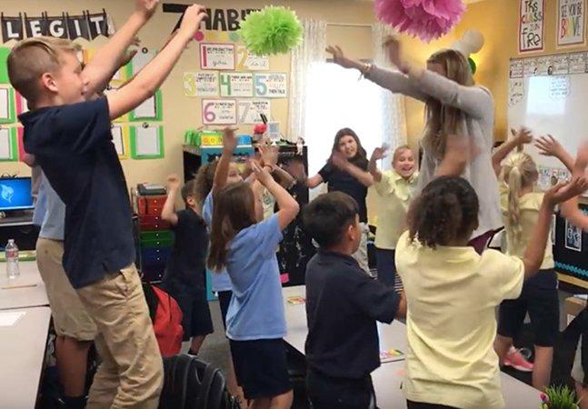 Professora melhora resultados dos alunos começando todas as aulas cantando e dançando