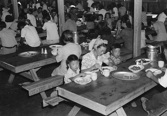 Fotos censuradas dos campos de concentração japoneses nos EUA são reveladas e transformadas em livro