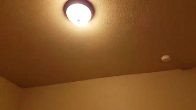 O teto do quarto com a luz acesa