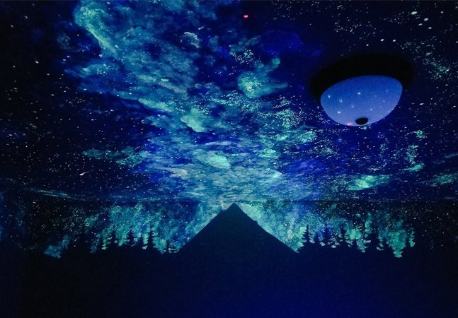 Pintora transforma o teto de quarto em céu iluminado por estrelas e galáxias