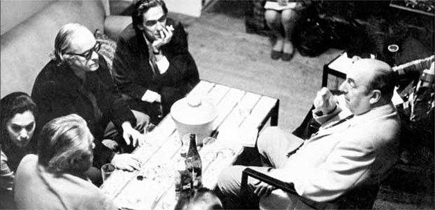 Gullar com os amigos Vinicius de Moraes e Rubem Braga, conversando com o poeta chileno Pablo Neruda