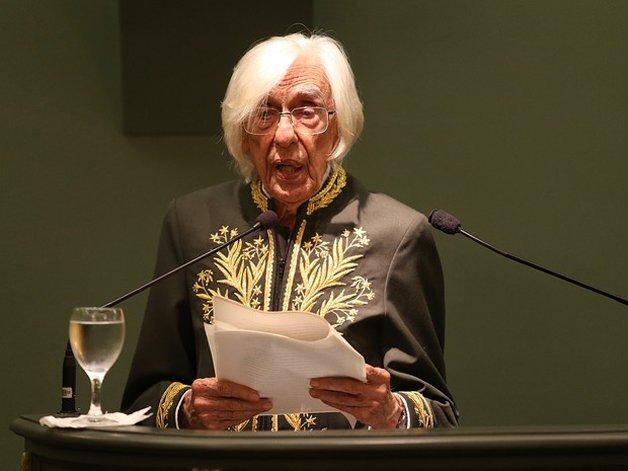 O poeta tornando-se membro da Academia Brasileira de Letras - título que Gullar passou a vida toda afirmando que jamais aceitaria
