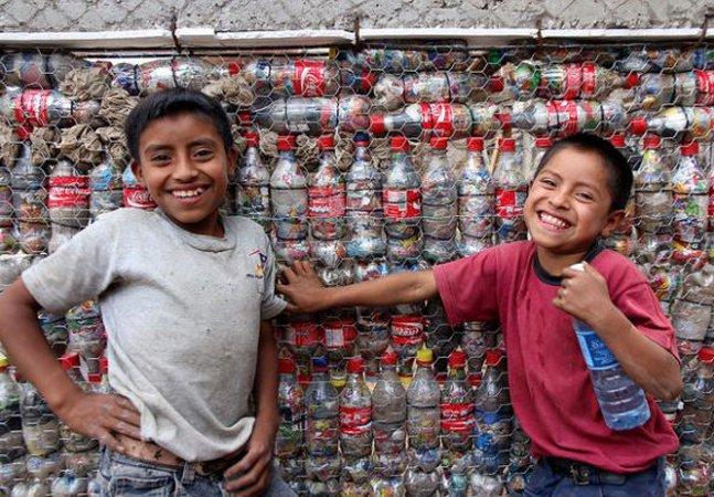 ONG constrói escolas de garrafa pet em áreas vulneráveis e oferece manual gratuito com passo a passo