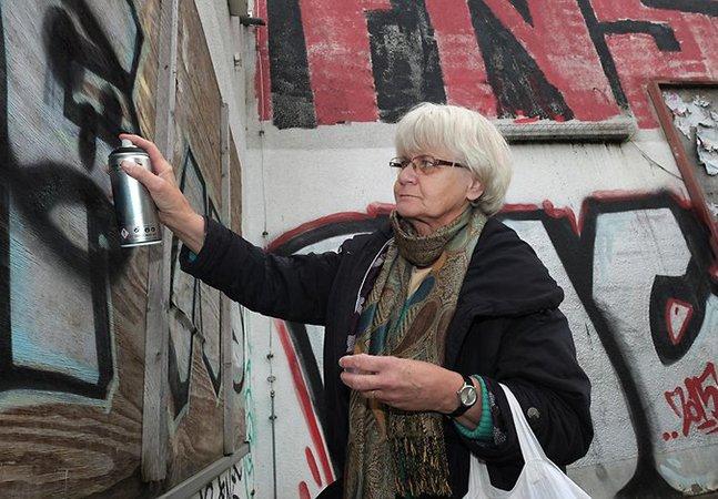 Esta senhora de 70 anos anda pelas ruas de Berlim arrancando e cobrindo mensagens nazistas e racistas