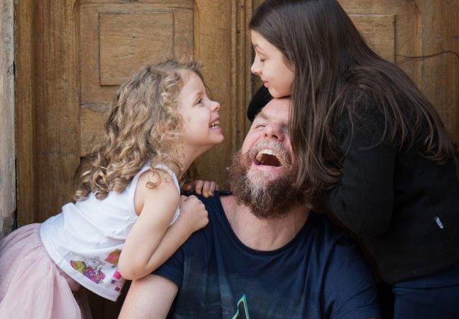 Este pai decidiu que passar mais tempo com as filhas vale mais que um aumento ou promoção